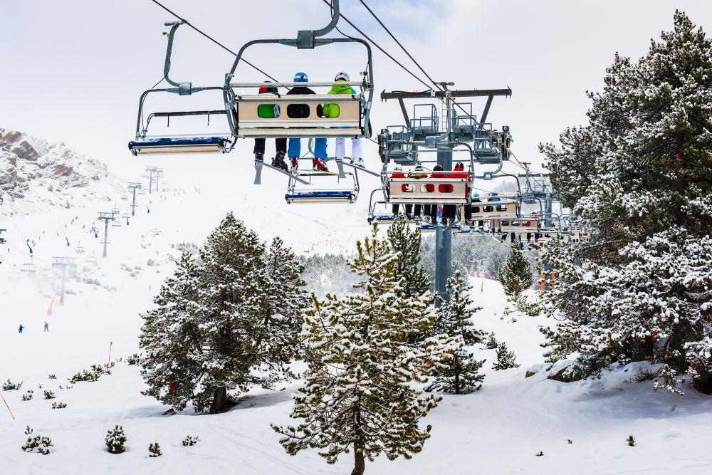 Фото: Подъемник на горнолыжном курорте